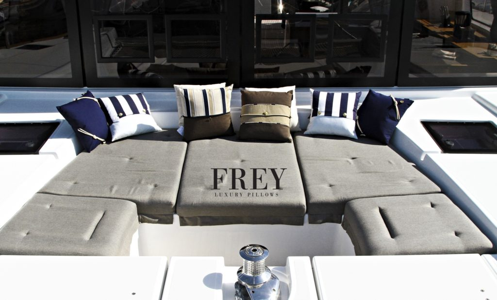Navy blue decor in nautical style